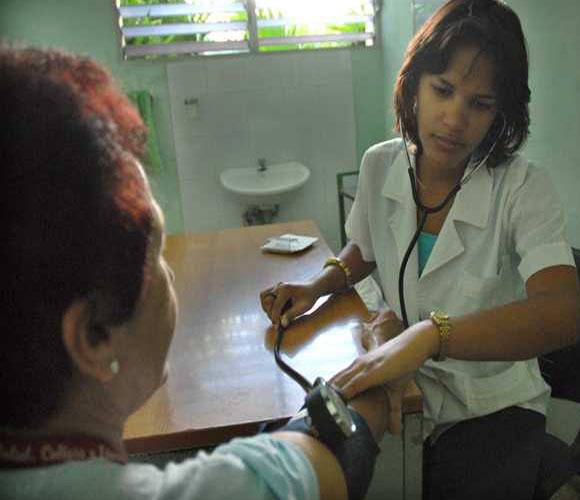 Casi 6000 médicos cubanos formados el pasado curso