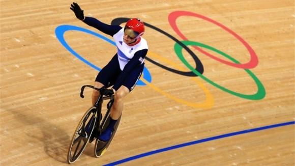 El ciclista inglés Chris Hoyd celebra su séptimo oro en Juegos Olímpicos