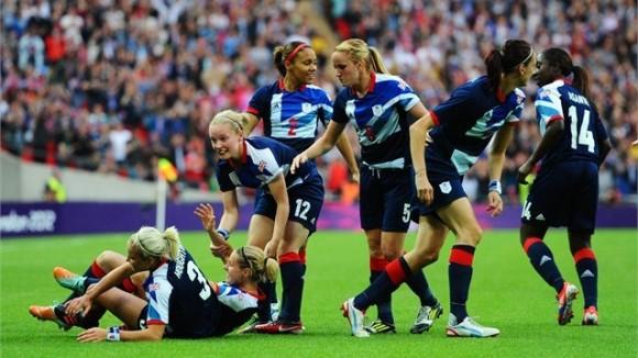 El Reino Unidos celebra el gol con que su equipo femenino de fútbol venció al favorito equipo de Brasil