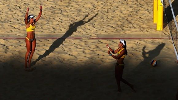 La pareja brasileña de voleybol de playa de Talita Rocha y Maria Antonelli tras la victoria contra la pareja de Australia