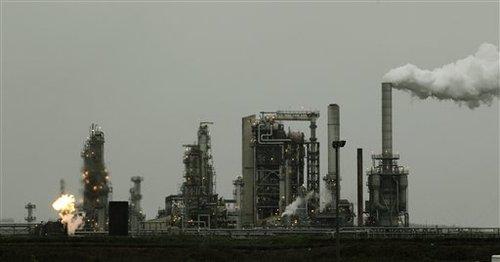 Una refinería Tesoro Corp., incluyendo una llama de gas quemado que es parte normal de las operaciones de la planta, se muestra Viernes, 02 de abril 2010, en Anacortes, Washington Un incendio durante la noche y la explosión en la refinería dejó al menos tres personas que trabajan en la planta.