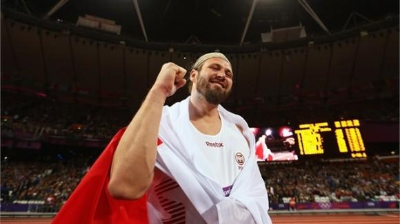 Tomasz Majewski de Polonia celebra su victoria en el lanzamiento de la bala en el atletismo olímpico