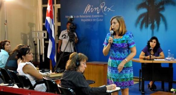 Intervención de Josefina Vidal, directora de la dirección de Estados Unidos del MINREX, durante  la Videoconferencia La Habana-Washington sobre el caso de los Cinco Héroes Cubanos Presos Injustamente en EE:UU., en el teatro Camilo Cienfuegos del Ministerio de Relaciones Exteriores (MINREX), el 17 de septiembre de 2012. AIN FOTO/Marcelino VAZQUEZ HERNANDEZ