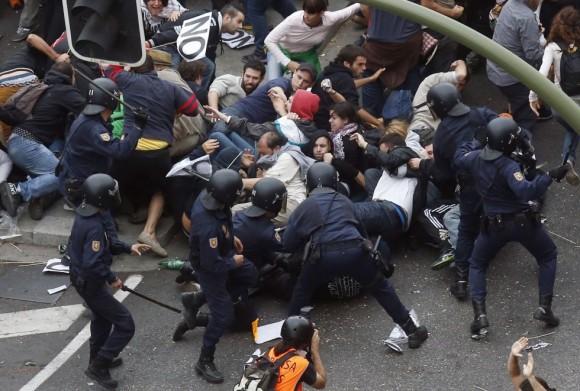 agentes-arremeten-contra-manifestantes
