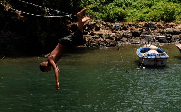 Niño jugando en el Río Yumurí. Foto: Ladyrene Pérez/Cubadebate.