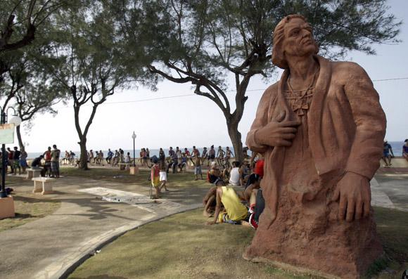 Estatua de Cristóbal Colón en el malecón de Baracoa. Foto: Ismael Francisco/Cubadebate.