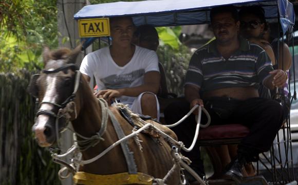 Taxi en Baracoa. Foto: Ismael Francisco/Cubadebate.