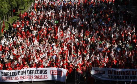 Cabecera de la masiva marcha hoy en Madrid contra los recortes sociales y el rescate de los bancos