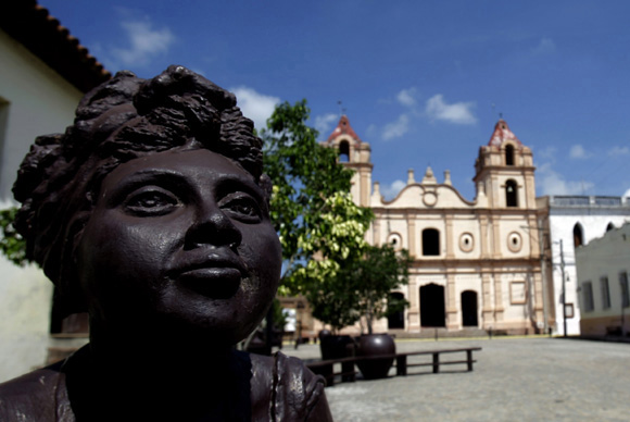 Las chismozas esculturas de la artista Marta Jiménez ubicada en la Plaza Del Carmen de Camagüey. Foto: Ismael Francisco/Cubadebate.