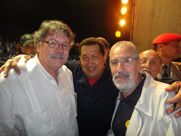 Chávez, flanqueado por Buen Abad (Izquierda) y Borón.
