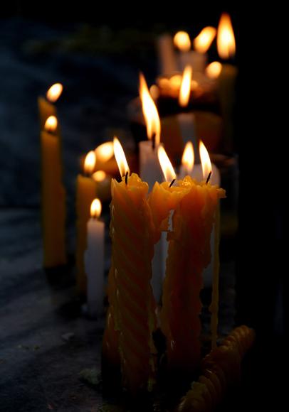 Muchas personas que visitan el Santuario ofrecen velas  a la Virgen. Foto: Ladyrene Pérez/Cubadebate.