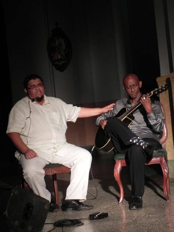 Eduardo Sosa acompañado de Gabino Jardines se destacó en su interpretación.  Foto: Marianela Dufflar/Cubadebate