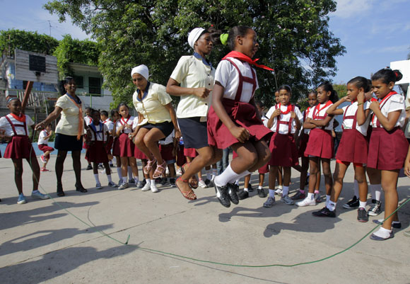 Las pantristas no se pueden contener y se animan a saltar suiza. Foto: Ismael Francisco/Cubadebate