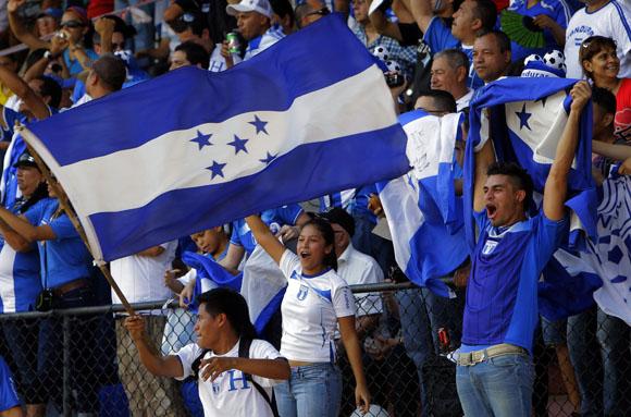 Público hondureño apoya a su equipo de Futbol, que derroto a Cuba 3x0 en eliminatorias mundialistas, en el Estadio Pedro Marrero de la Habana. Foto: Ismael Francisco/Cubadebate.