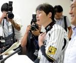 El presidente de la Asociación de Béisbol Brofesional de Japón Takahiro Arai habla durante una conferencia de prensa en Nishinomiya, Japón, el martes 4 de septiembre de 2012. La Asociación acordó participar en el Clásico Mundial de Béisbol 2013, con lo que puso fin a su amenaza de boicotear el evento debido a una disputa sobre la forma en que se comparte el dinero del torneo.  Foto: AP