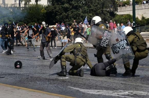 Jóvenes se enfrentan a la policía con piedras, palos y cócteles molotov. LOUISA GOULIAMAKI (AFP)