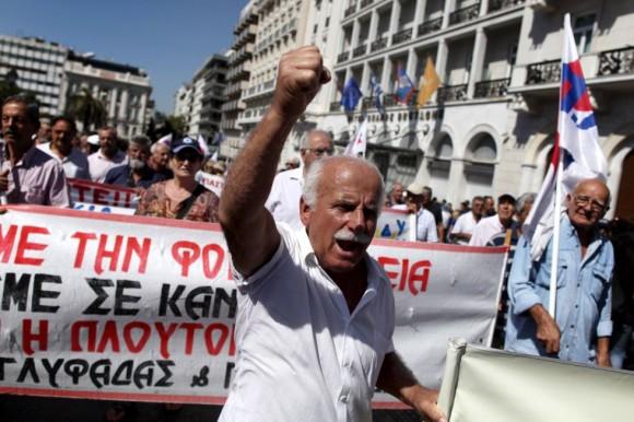 Un jubilado participa en la manifestación que ha tenido lugar en Atenas y en la que se han coreado eslóganes contra las nuevas medidas de austeridad del Gobierno, y también contra los recortes presupuestarios que exigen la Comisión Europea, el Banco Central y el Fondo Monetario Internacional. Petros Giannakouris (AP)