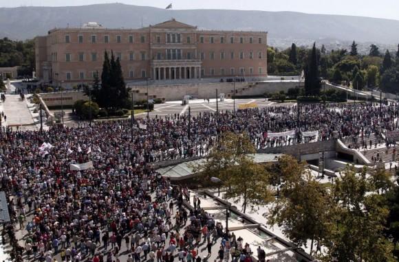 Aspecto de la manifestación frente al Parlamento en una jornada de huelga general de 24 horas. (AFP)