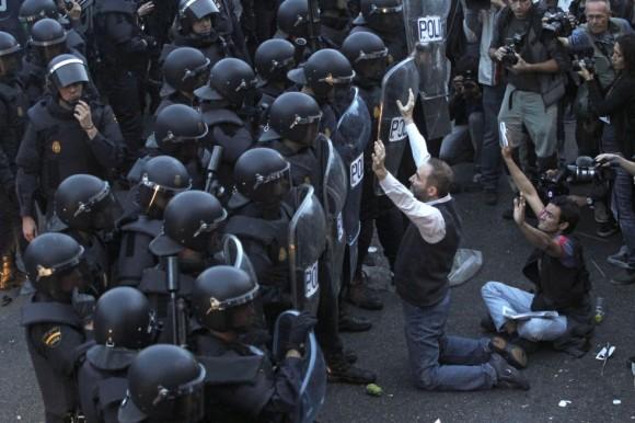 manifestantes-frente-a-la-policia-con-brazos-en-alto