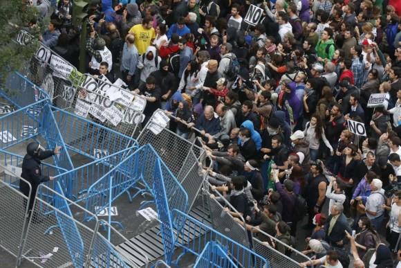 manifestantes-frente-al-congreso