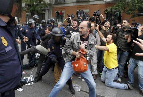 policia-carga-contra-manifestantes