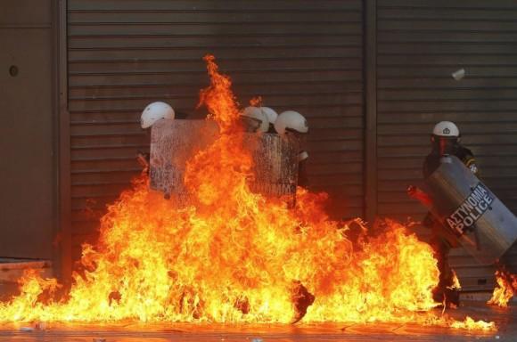 policias-antidisturbios-envueltos-en-la-candela