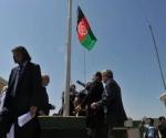 Autoridades afganas izan bandera en prisión de Bagram. Foto: Shah Marai/ AFP.