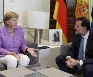 El presidente del Gobierno, Mariano Rajoy, y la canciller alemana, Angela Merkel, durante la reunión que mantuvieron para analizar la situación económica de la eurozona, hoy en el Palacio de la Moncloa. EFE