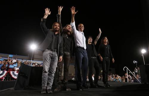 Lo que pasa en Las Vegas... El presidente Barack Obama (al centro) ayer con el grupo Maná, durante un acto de campaña en la preparatoria Desert Pines, en Las Vegas. El demócrata se prepara en Nevada para el debate con el republicano Mitt Romney el próximo miércoles en Denver. /Foto Reuters