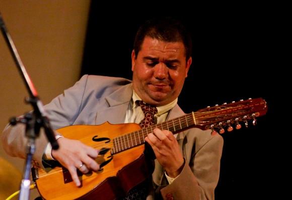 Roldán toca magistralmente un laud de 24 cuerdas. Foto: Alejandro Ramírez Anderson
