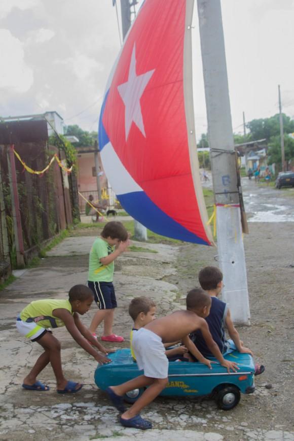 Niños juegan junto a un colegio electoral. Foto: Jorge Ramírez.