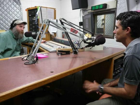 Carlos Rodríguez en entrevista en Madison, Wisconsin en la gira de TV Serrana, 2011.