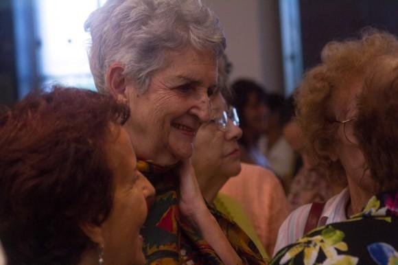En la inauguración, Celeste mira su retrato. Foto: Jorge Ramírez.