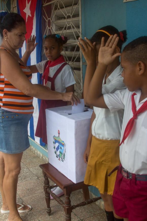 """""""¡Votó!"""" Los pioneritos custodian las urnas en uno de los colegios electorales del Condado. Foto: Jorge Ramírez."""