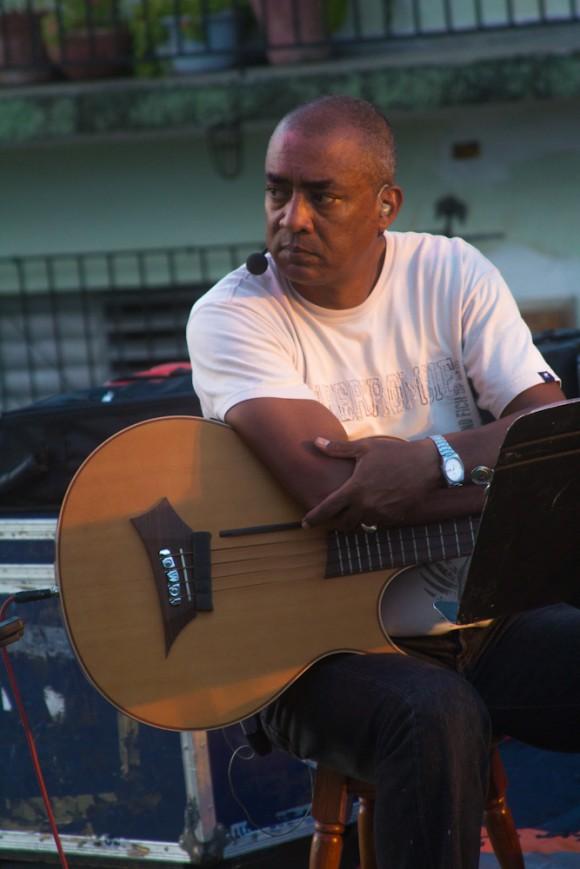 César Bacaró Laine, saludado hasta el cansancio en las calles de Santa Clara. Foto: Jorge Ramírez.