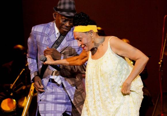 Omara baila con Papi Oviedo. Foto: Alejandro Ramírez Anderson