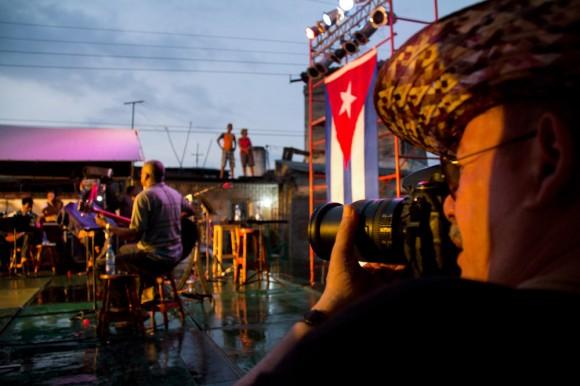 Silvio fotografía al Trío Trovarroco, que se está presentando en su ciudad. Foto: Jorge Ramírez.