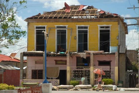Severas afectaciones causadas por el azote del huracán Sandy a su paso por el municipio de Banes, provincia de Holguín, Cuna, el 26 de octubre de 2012. AIN FOTO/Juan Pablo CARRERAS