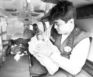 Según reportes del ERUM en todos los años del actual sexenio han sido abandonados recién nacidos en la vía pública. En la gráfica, aspecto del rescate de un bebé de unas horas de nacido que fue dejado dentro de una mochila en la delegación Miguel Hidalgo. Imagen de archivo, Foto Alfredo Domínguez