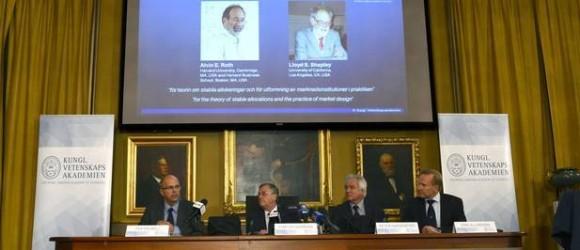 Per Krusell, Staffan Normark, Peter Gardenfors y Tore Ellingsen, de la Real Academia Sueca de las Ciencias, presentan a los ganadores del Premio Nobel de Economía. Estocolmo, Suecia.