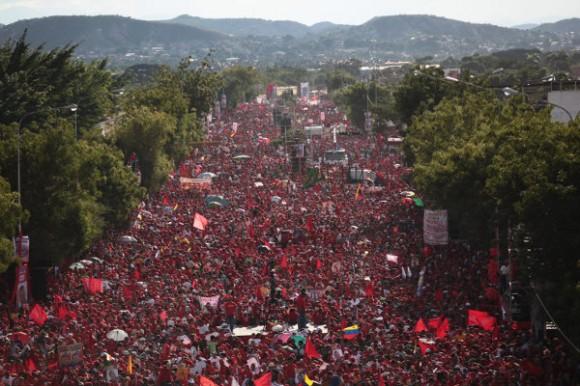 Marea roja congregada en alocución del presidente Chávez en los últimos días de su campaña.