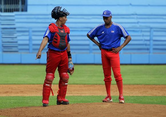 Entrenamiento rumbo al Clásico Mundial de Béisbol.  Ariel Pestano, junto a Darien Nuñez. Foto: Ismael Francisco/Cubadebate.
