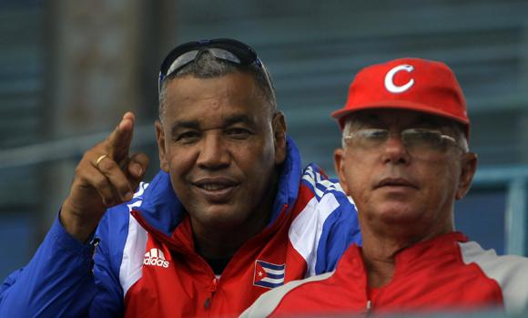 Entrenamiento rumbo al Clásico Mundial de Béisbol. Victor Mesa junto a Jorge Fuentes. Foto: Ismael Francisco/Cubadebate.