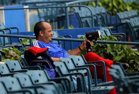 Entrenamiento rumbo al Clásico Mundial de Béisbol.  Tecnicos midendo velocidad. Foto: Ismael Francisco/Cubadebate.