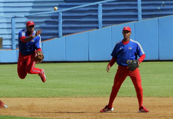Entrenamiento rumbo al Clásico Mundial de Béisbol.Erisbel Arruebarruena junto a Jose Miguel Fernandez. Foto: Ismael Francisco/Cubadebate.