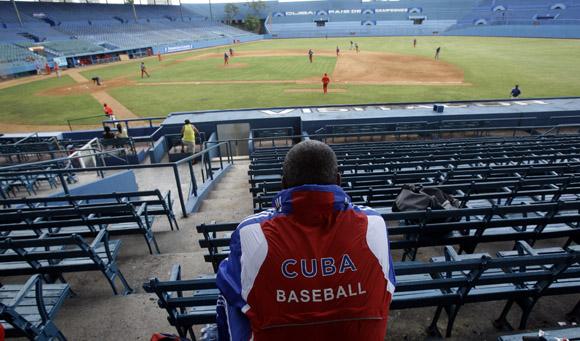 Entrenamiento rumbo al Clásico Mundial de Béisbol.  Victor Mesa Manacher observando el entrenamiento desde las gradas del Latino. Foto: Ismael Francisco/Cubadebate.