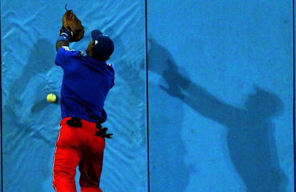 Ni Gracial ni su propia sombra pudieron atrapar el batazo de Cepeda contra los colchones del center.  Foto: Ismael Francisco/Cubadebate.