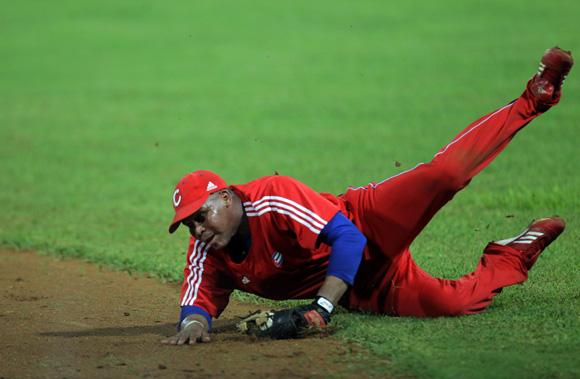 Excelente atrapada de José Miguel en segunda base.  Foto: Ismael Francisco/Cubadebate.
