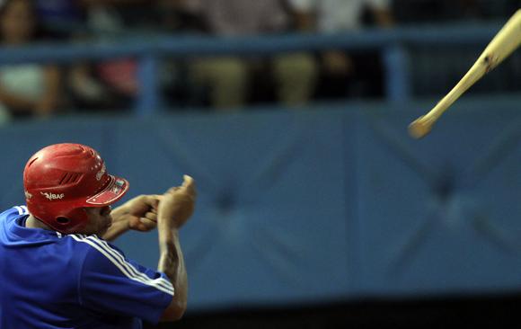 Samon suelta el bate.  Foto: Ismael Francisco/Cubadebate.
