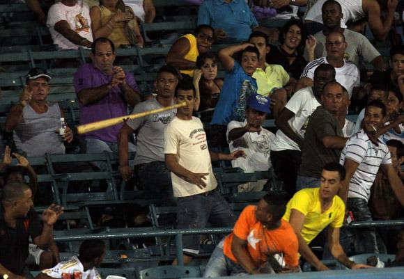 El bate de Samon fue a las gradas del latino.  Foto: Ismael Francisco/Cubadebate.
